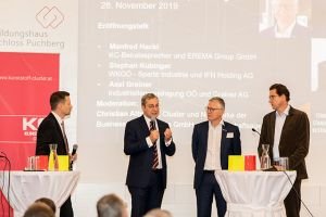 Axel Greiner (IV OÖ/Greiner Gruppe), Manfred Hackl (Kunststoff-Clusters/EREMA) und Stephan Kubinger (Sparte Industrie in der WKOÖ/IFN) im Interview mit Christian Altmann (li) von der Business Upper Austria